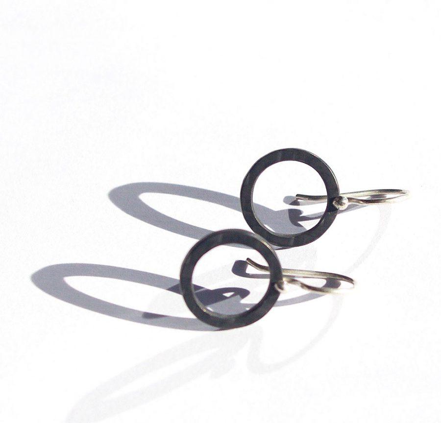 Round carbon fiber earrings